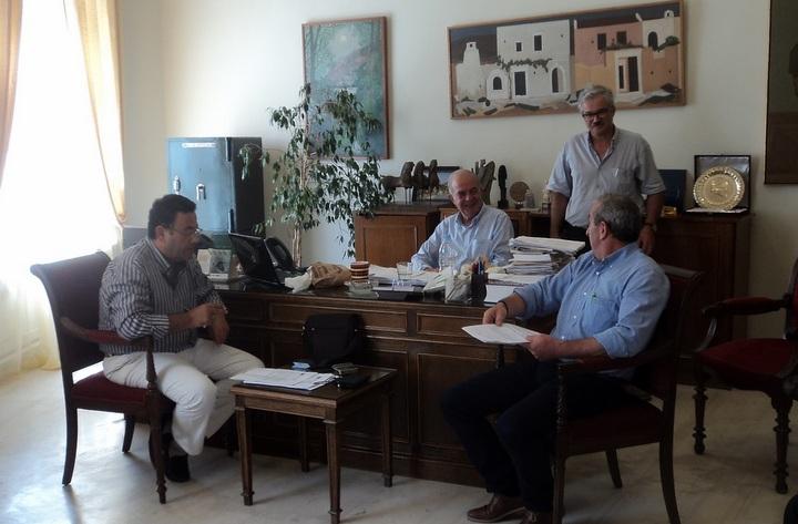 βουλευτές, εκπρόσωποι, μέλη της ΔΕΥΑΗ στη σύσκεψη υπό τον δήμαρχο Ηρακλείου