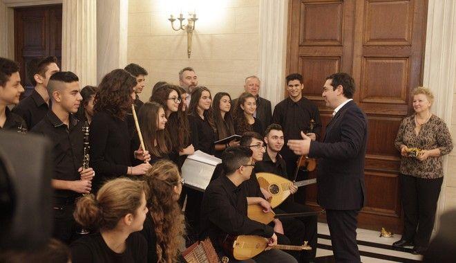 ψέλνοντας τα κάλαντα στον πρωθυπουργό Αλέξη Τσίπρα