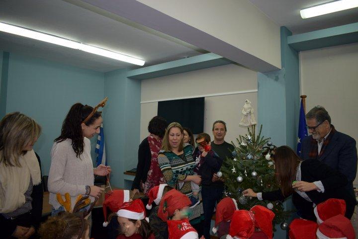 Οι Μικρούληδες έψαλλαν τα κάλαντα στον δήμαρχο Αγίου Νικολάου