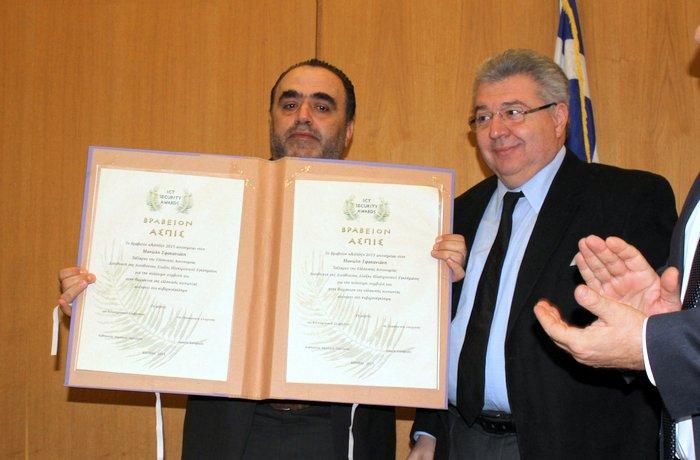 ο Πρόεδρος του ΕΚΔΔΑ, Ι. Χρυσουλάκης, απονέμει στον Ταξίαρχο της ΕΛΑΣ, Μ. Σφακιανάκη, το βραβείο «Ασπίς» των ICT Security Awards