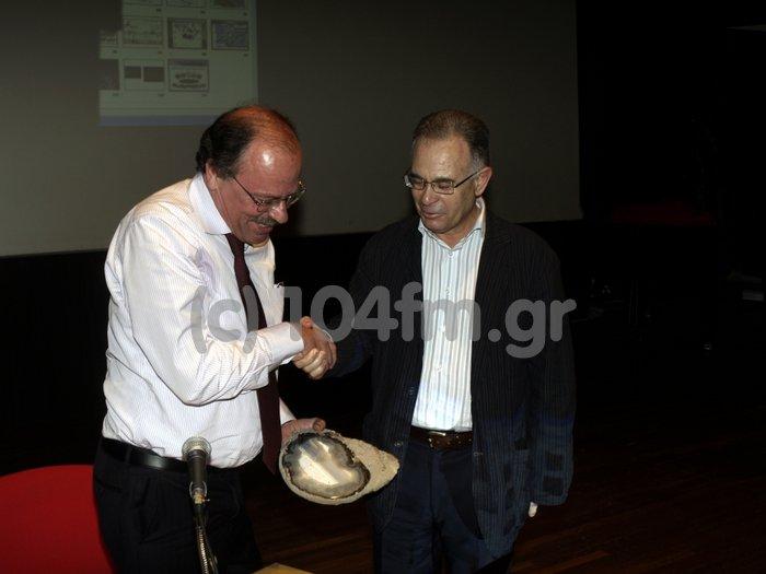 μετά το τέλος του μαθήματος, το αναμνηστικό δώρο από τον δήμαρχο Δημήτρη Κουνενάκη