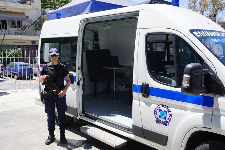 η κινητή μονάδα με αστυνομικό