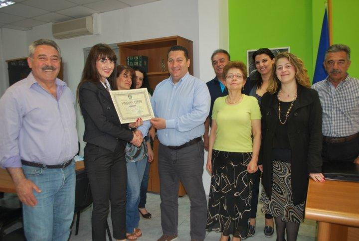ο δήμαρχος επιδίδει το βραβείο στη πρόεδρο της Ίριδας