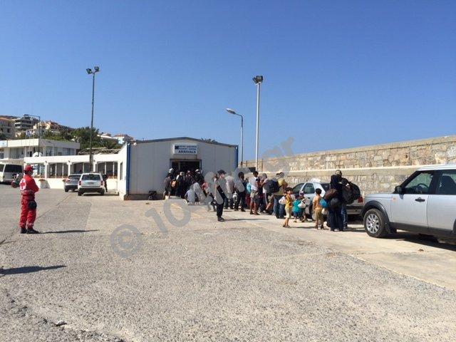 Υλική βοήθεια στους 19 διασωθέντες από το ναυάγιο ανοιχτά της Κρήτης