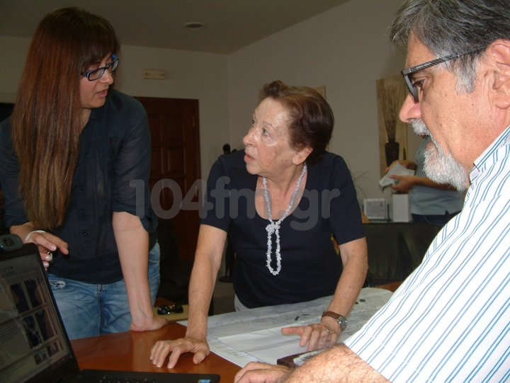 η κ. Χαλκιαδάκη, εξηγεί στην κ. Πρατσινάκη και στον δήμαρχο τη καταγραφή που έγινε για τις σκάλες της πόλης
