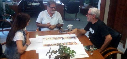 ο σκηνογράφος Αντώνης Χαλκιάς στον δήμαρχο Αγ. Νικολάου