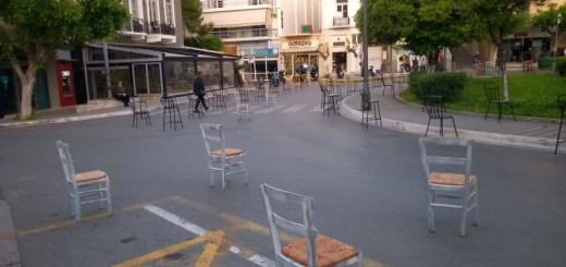 Άδειες καρέκλες στη πλατεία Αγίου Νικολάου
