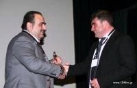 ο πρόεδρος του συνδέσμου Μ. Καμπανός προσφέρει ένα αναμνηστικό γλυπτό των αφών Σωτηριάδη στον Μ. Σφακιανάκη