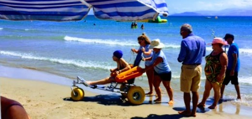 Χρήση αμαξιδίου ΑμεΑ στη παραλία του Αλμυρού