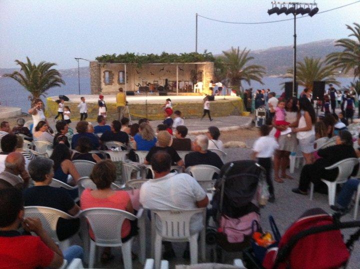 Εκεί έλαβε χώρα μια σπουδαία πολιτιστική εκδήλωση λαϊκής παράδοσης.. Χορευτές της Καρπάθου και της Σητείας,