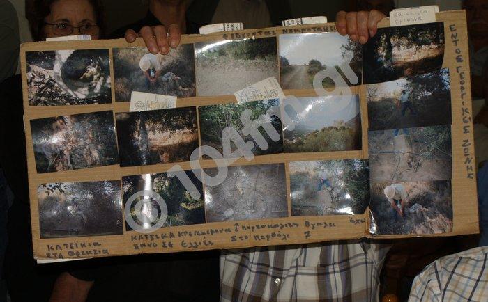από παλαιότερη συνεδρίαση, αγανακτισμένος αγρότης δείχνει φωτογραφίες από τις ζημιές που έχει υποστεί