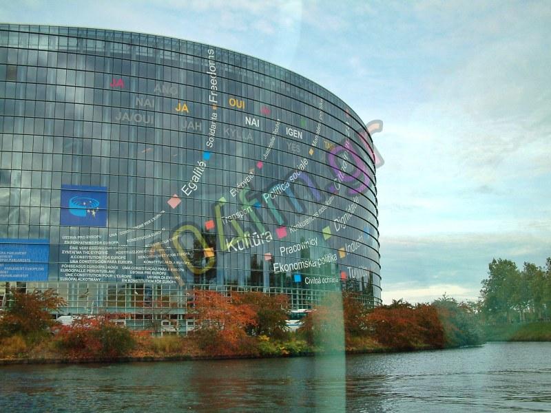 Οι Ευρωπαίοι εξακολουθούν να βλέπουν θετικά την ΕΕ, ζητούν όμως μεταρρυθμίσεις