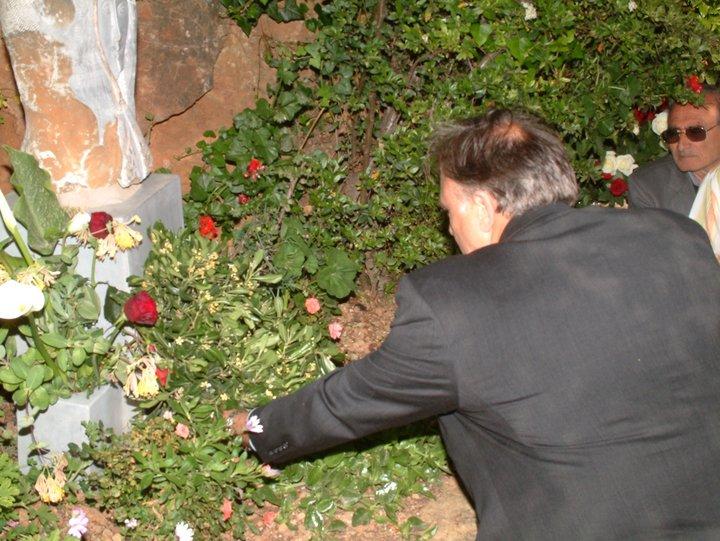 ο δήμαρχος Νεάπολης Νίκος Καστρινάκης καταθέσει στεφάνι στο γλυπτό της μάνας