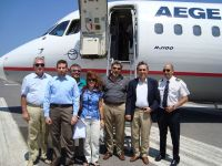εμπρός από το αεροσκάφος της Aegean, νομάρχης, δήμαρχος και στελέχη της εταιρείας και του αεροδρομίου
