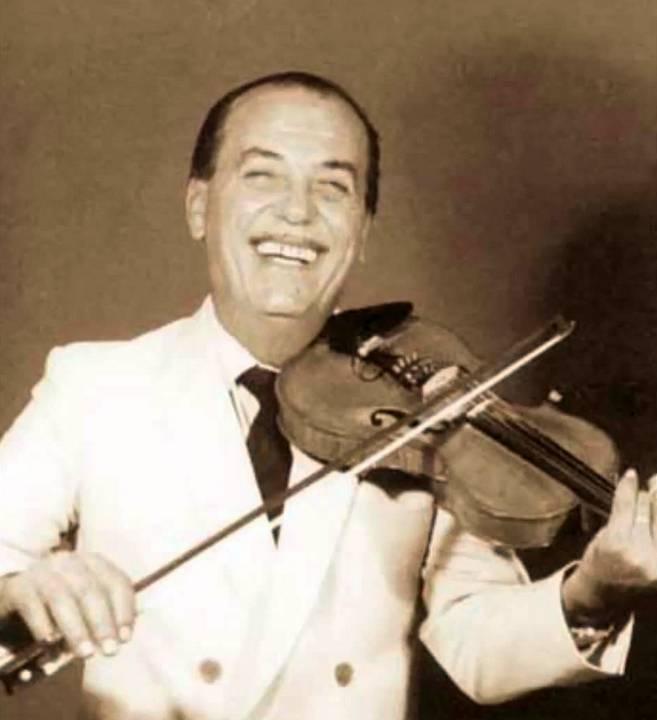 ο Γιώργης Αβυσσινός με το βιολί του