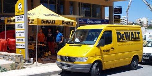 το φορτηγό και η έκθεση της De Walt, στο κατάστημα Μανώλη Τζώρτζη