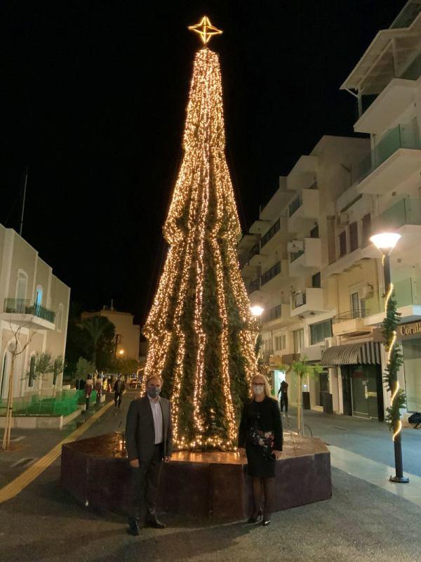 Φωταγωγήθηκε το χριστουγεννιάτικο δέντρο στη νέα πλατεία της Ιεράπετρας