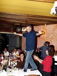 Χορός μέχρι πρωΐας και πάνω στο τραπέζι