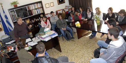 ο δήμαρχος Νίκος Καστρινάκης με τους μαθητές του Λυκείου