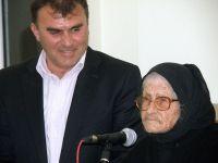 ο δήμαρχος Μακρύ Γιαλού με την Μαρία Παπαδάκη η οποία στα 91 της χρόνια γράφει ρίμες και προάγει τη παράδοση