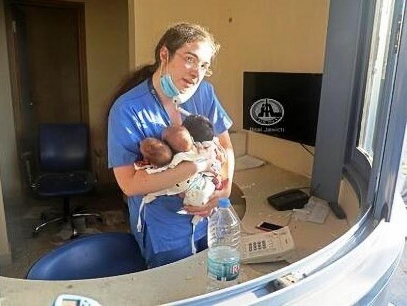 Ηρωίδα μαία έσωσε νεογέννητα λίγα λεπτά μετά την καταστροφή στην Βηρυτό
