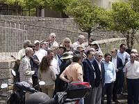 Φορείς και επισκέπτες εμπρός από το κλειστό Μουσείο