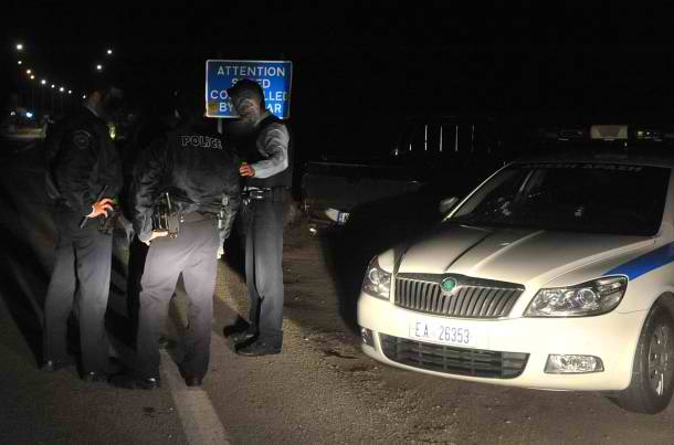 αστυνομικοί σε νυχτερινό έλεγχο