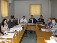 από τη σύσκεψη υπό το Νομάρχη, ο Στ. Αγιάσογλου αριστερά με τα έγγραφα