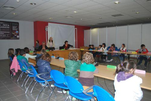 οι μαθητές στην αίθουσα του δημοτικού συμβουλίου Χερσονήσου