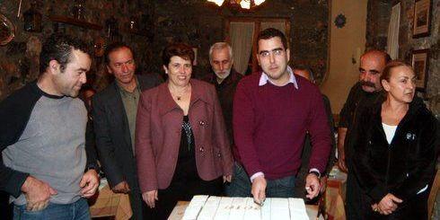 ο πρόεδρος Νίκος Χαλκιαδάκης, κόβει την πίτα, με μέλη του συλλόγου