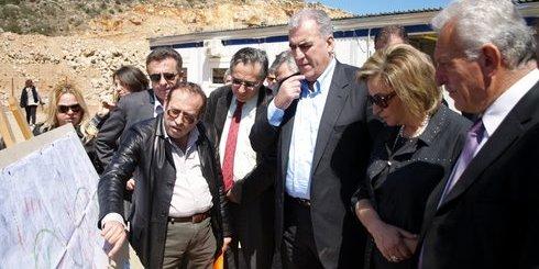 ο διευθυντής της ΕΔΥΕ ΒΟΑΚ κ. Αγαπάκης, εξηγεί στον Δημήτρη Ρέππα και στην συνοδεία του σημεία του έργου