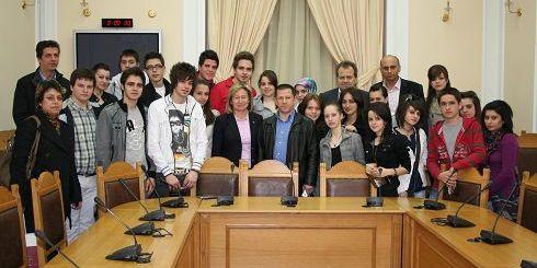 η Νομάρχης Ηρακλείου Βαγγελιώ Σχοιναράκη, (στο κέντρο) με τους μαθητές του μειονοτικού Λυκείου Ξάνθης