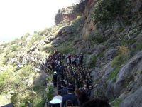 η διαδρομή προς το σπήλαιο από την είσοδο, με το άγημα και τη μπάντα
