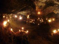τα κεριά φωτίζουν το χώρο, ελάχιστος φόρος τιμής στα θύματα