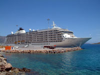 Το λιμάνι του Αγίου Νικολάου με κρουαζιερόπλοιο