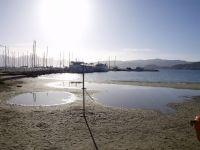 πρωί της Κυριακής, η θάλασσα έχει τραβηχτεί πίσω και τα σημάδια της παλίρροιας εμφανή