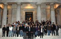 οι μαθητές της τρίτης γυμνασίου Αγίου Νικολάου, με τους κ. Πλακιωτάκη και Καρχιμάκη στα σκαλιά της Βουλής