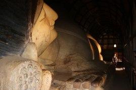 un grand bouddha allongé