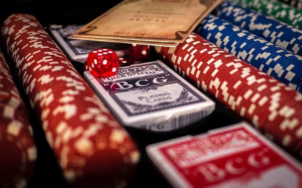 poker çipler ve desteler