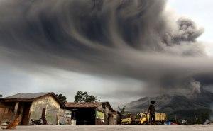 01_Mount-Sinabung-spews-ash