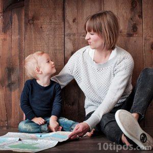 Anne ve oğlu yerde oturuyor