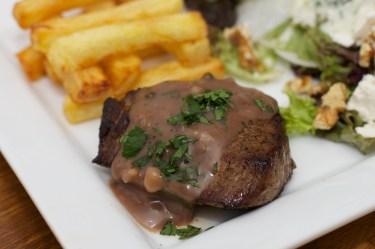 Biefstuk met pepersaus en een salade van meirapen 36