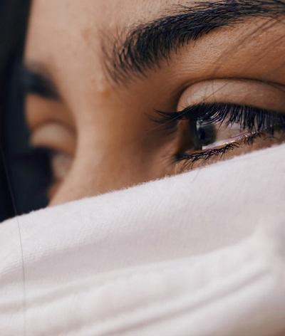Femme avec des larmes aux yeux