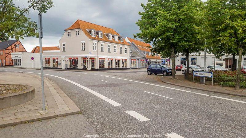 Kvindelig cyklist landede under bil i Havnegade i Korsør.