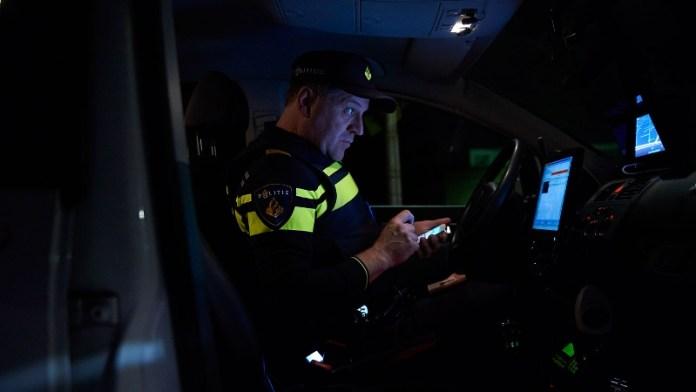 Agent controleert gegevens in dienstauto tijdens nachtdienst
