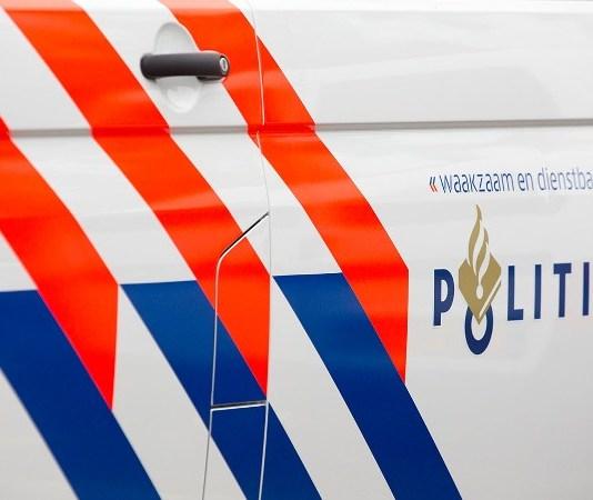 zijkant politieauto met logo