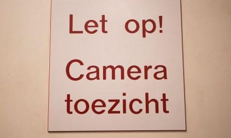 Bord met de tekst: let op! Cameratoezicht