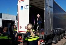 Vreemdelingen gevonden in vrachtwagen Sliedrecht, foto politie