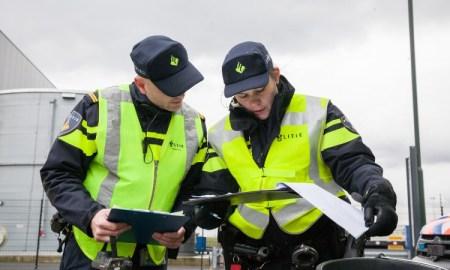agenten controleren documenten