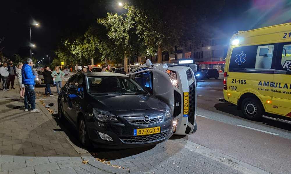 Auto op zijn kant na ongeval in Den Bosch.